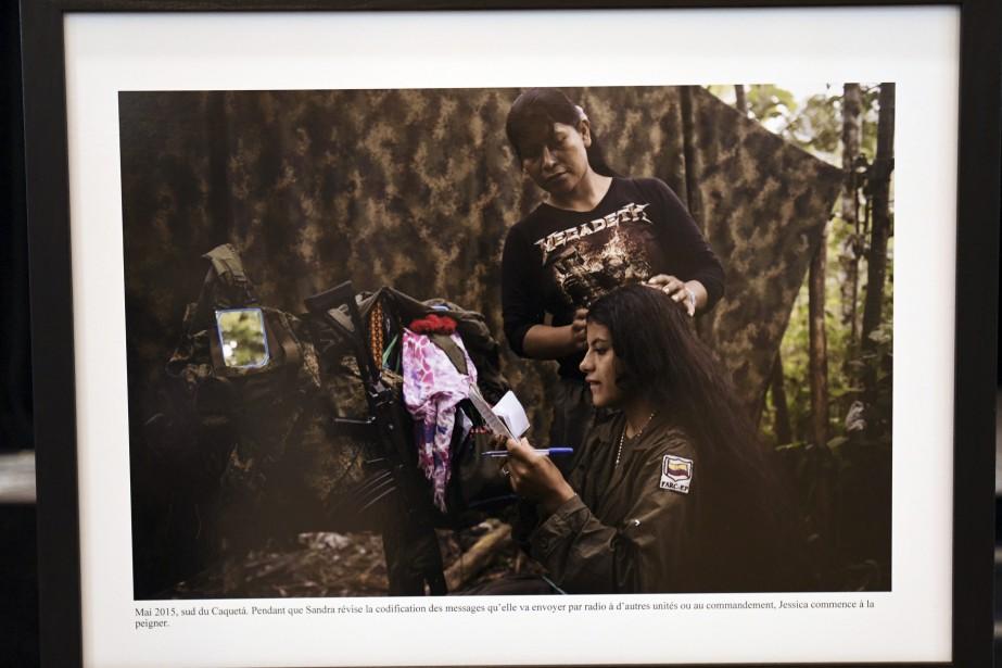 Le visage humain de la révolution apparaît sur cette image captée dans un campement des FARC. Une femme se fait coiffer, tout en révisant les messades codés qu'elle se prépare à envoyer. (Photo Le Quotidien, Michel Tremblay)