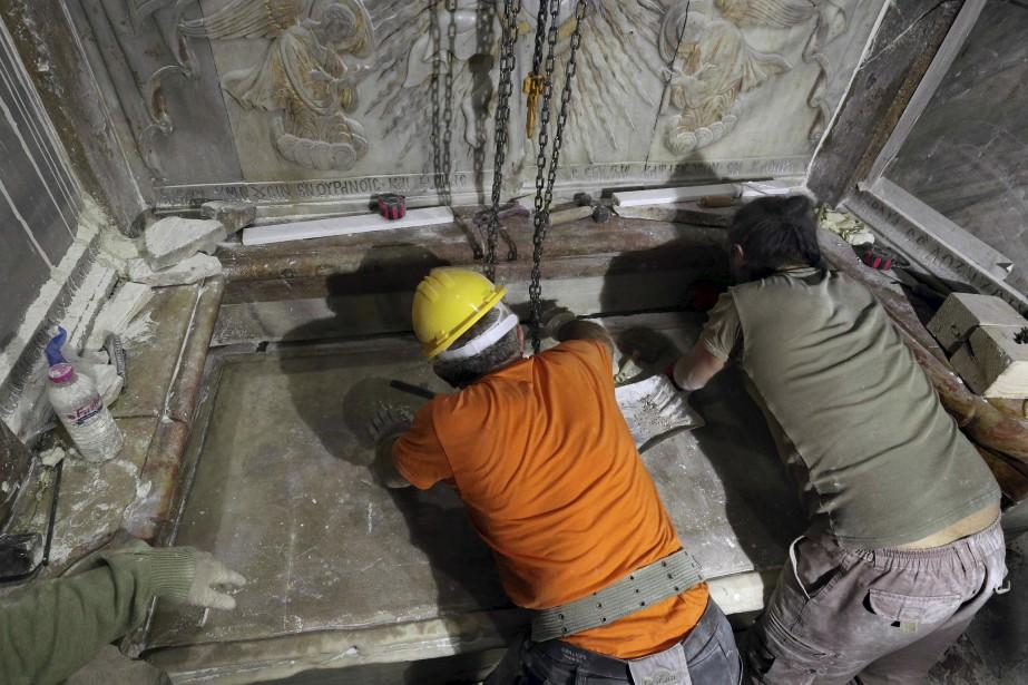 Des scientifiques ont ouvert pour la première fois depuis au moins deux siècles le lieu considéré par les chrétiens comme étant la tombe de Jésus dans l'église du Saint-Sépulcre à Jérusalem. (Photo AFP, GALI TIBBON)