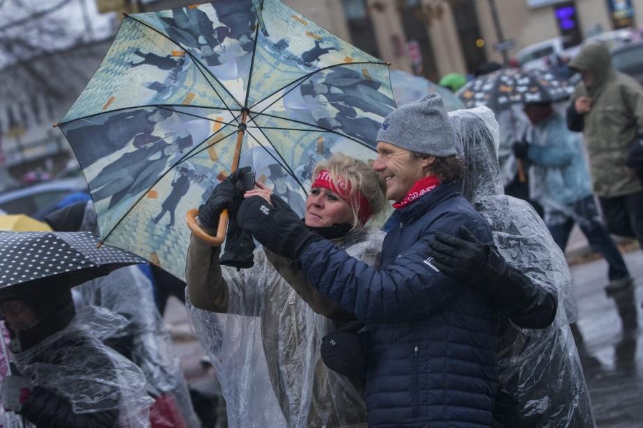 Des participants ont profité de la deuxième édition de la Grande marche de Saguenay pour se faire prendre en photo avec Pierre Lavoie. (Photo le Progrès-Dimanche, Michel Tremblay)