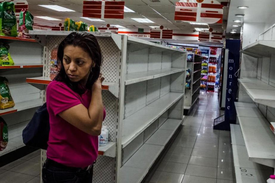 Dans une pharmacie de Caracas, des étagères contenant... (PHOTO MERIDITH KOHUT, ARCHIVES THE NEW YORK TIMES)