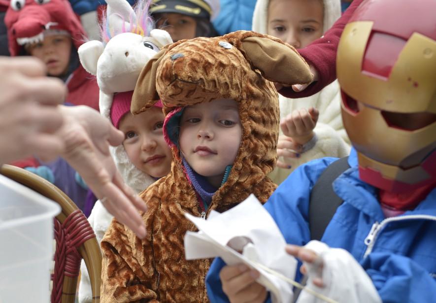Super-héros, personnages de Star Wars, princesses, pirates, animaux... Il y avait de tout dans sur la rue du Petit Champlain, dimanche, pour une fête d'Halloween en avance. (Le Soleil, Yan Doublet)