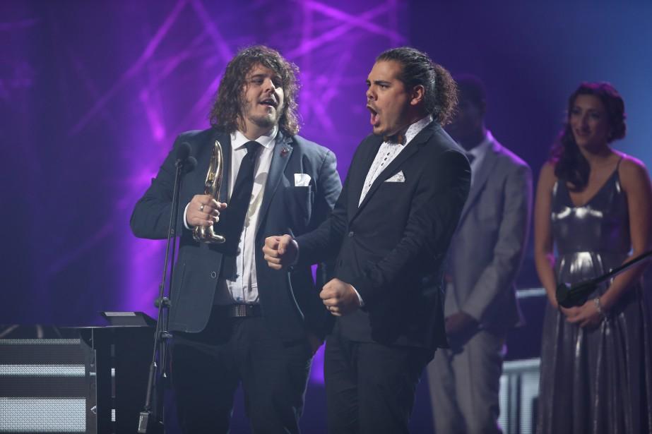 Également riche de deux Félix, le duo 2Frères a obtenu celui de l'album pop avec<i>Nous autres</i>, en plus d'être sacré duo de l'année. «Merci à nos parents qui ne nous ont jamais dit de nous trouver une vraie<i>job</i>», ont lancé Erik et Sonny Caouette. (La Presse, Martin Chamberland)