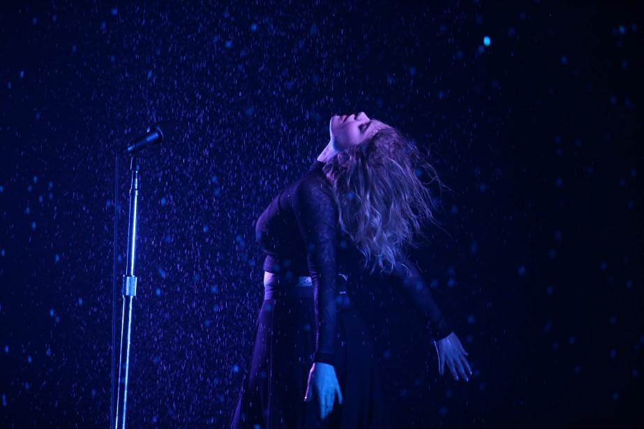 La chanteuse Coeur de Pirate lors de son numéro, interprété sous la pluie. (La Presse, Martin Chamberland)
