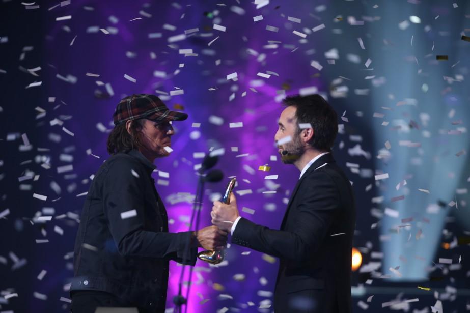 Jean Leloup a raflé deux nouveaux Félix : celui de l'interprète masculin de l'année, remis par l'animateur Louis-Josée Houde, et celui du spectacle de l'année dans la catégorie Auteur-compositeur-interprète. (La Presse, Martin Chamberland)
