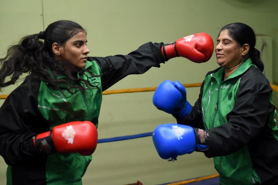 La passion de Razia Banu (à gauche) pour... (Photo Ashraf Khan, AFP)