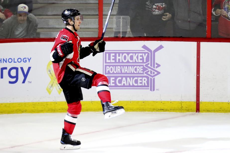 Kyle Turris donne la victoire aux siens et célèbre le tout devant le logo «Le hockey pour vaincre le cancer». (Patrick Woodbury, LeDroit)