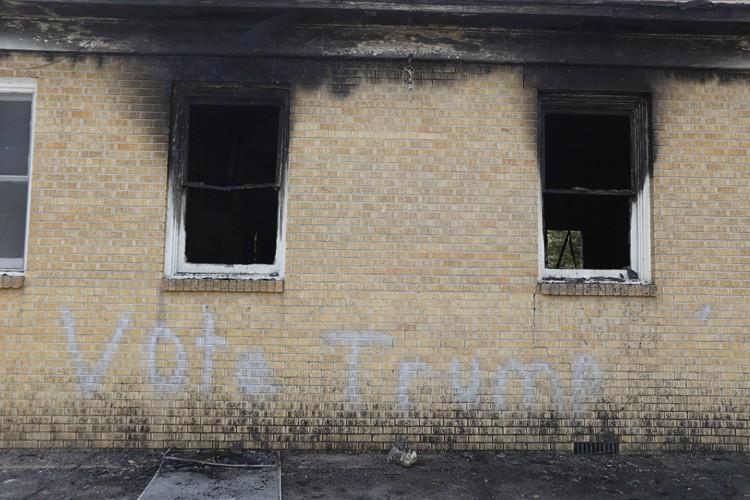 """L'église a été vandalisée avec les mots """"Votez... (PHOTO AP)"""