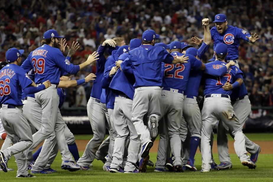 Les joueurs des Cubs de Chicago célèbrent après... (PHOTO David J. Phillip, AP)