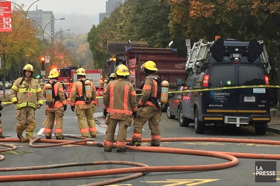 Des pompiers sont déployés sur Saint-Joseph, entre les... (PHOTO PATRICK SAFAÇON, LA PRESSE)