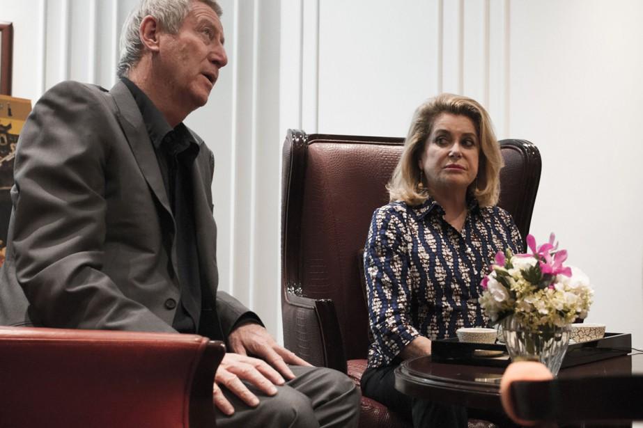 Catherine Deneuve en compagnie du réalisateur Régis Wargnier.... (PHOTO AFP)