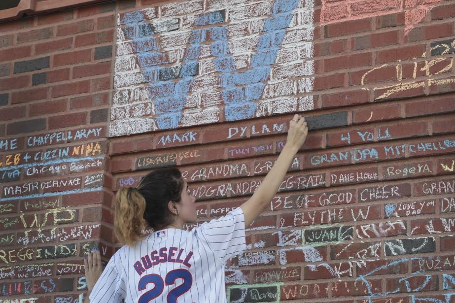 Cette partisane, comme plusieurs autres, a transmis ses félicitations à la craie sur les murs de briques du mythique stade. (AFP)