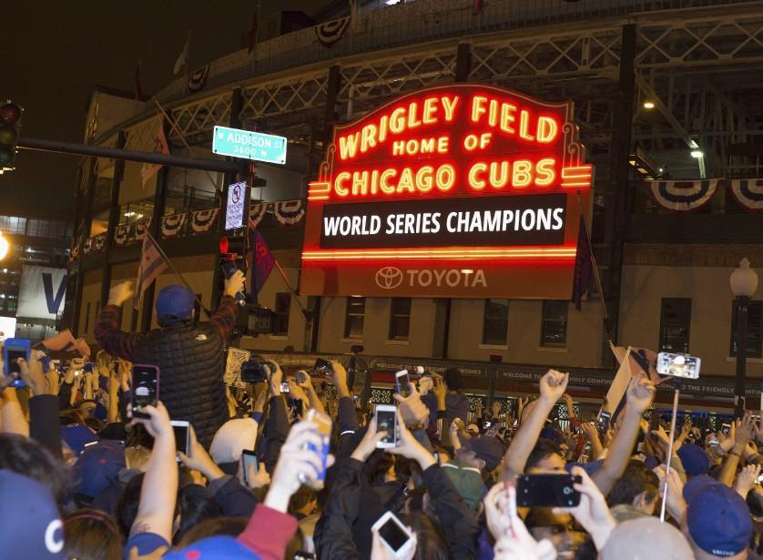 Des partisans des Cubs célèbrent la victoire des leurs devant le Wrigley Field. (AFP)