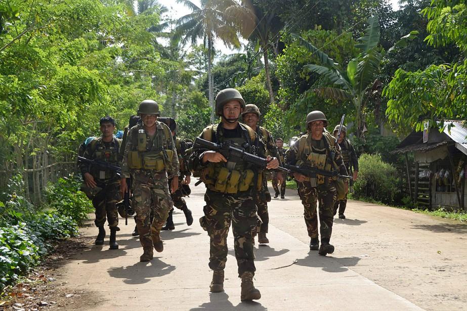 Des soldats philippins effectuant une patrouille dans le... (PHOTO ARCHIVES AGENCE FRANCE-PRESSE)