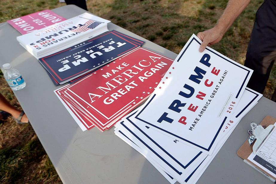 Des affiches ont été déposées sur une table... (Photo John Bazemore, AP)