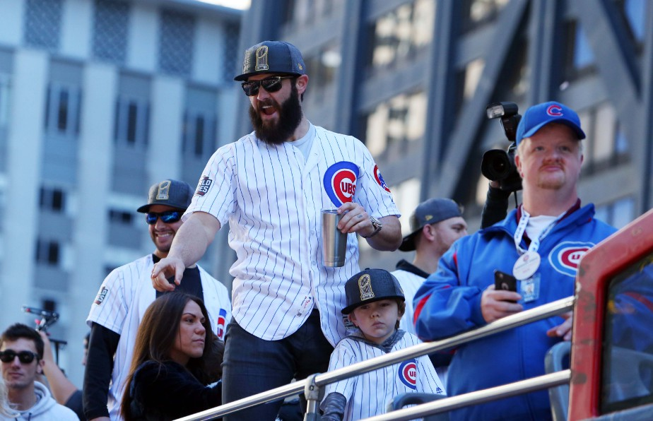 Le lanceur des Cubs Jake Arrieta salue la foule. (Photo Jerry Lai, USA Today Sports)