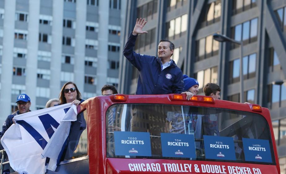Le propriétaire des Cubs de Chicago, Tom Ricketts, salue la foule. (Photo Jerry Lai, USA Today Sports)