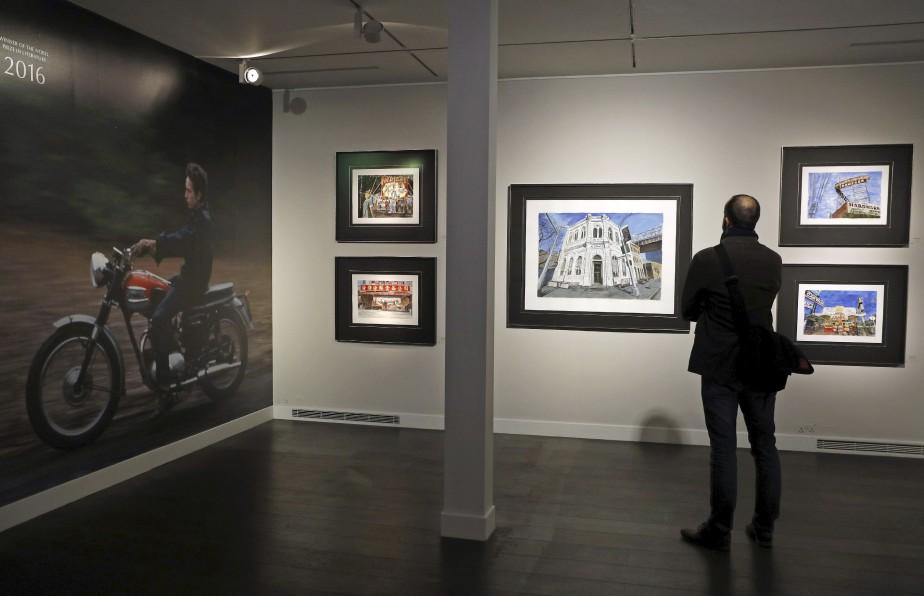 Un journaliste étudie la peinture <em>Bank Building</em>. (AFP, Adrian Dennis)