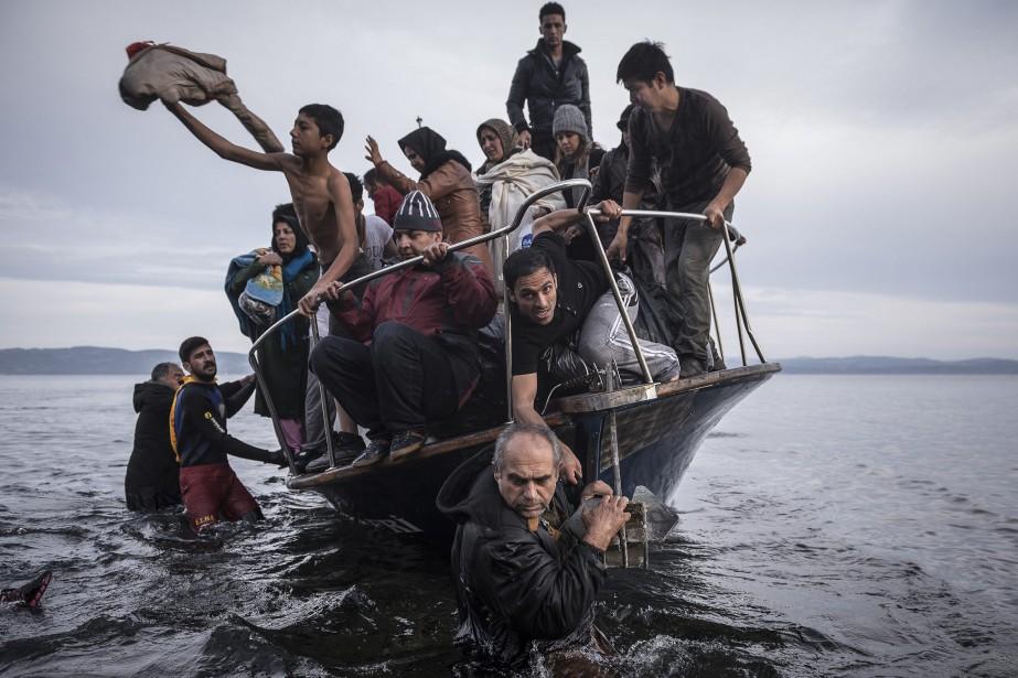 Sergey Ponomarev a capté l'arrivée d'un bateau de réfugiés sur l'île grecque de Lesbos. Le cliché a permis au photographe russe qui agit pour le compte du <em>New York Times</em> de remporter le 1er Prix Reportages, Information générale. (Photo courtoisie, Sergey Ponomarev)