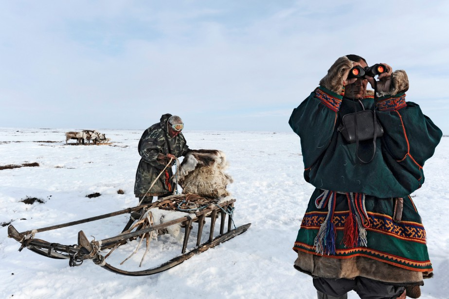 Un homme tente de localiser son troupeau dispersé à des kilomètres du campement. C'est le signe que les bêtes ont épuisé les réserves de lichen alentour. Il va donc falloir lever le camp bientôt. (Photo courtoisie, Fabrice Dimier)