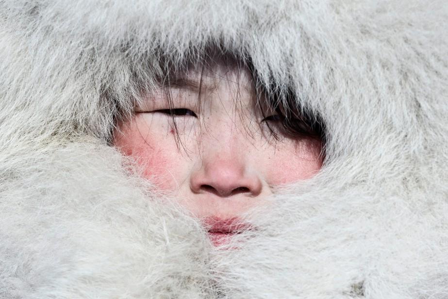 Une jeune Nenets pose pour le photographe, le visage bien emmitouflé dans la fourrure. (Photo courtoisie, Fabrice Dimier)
