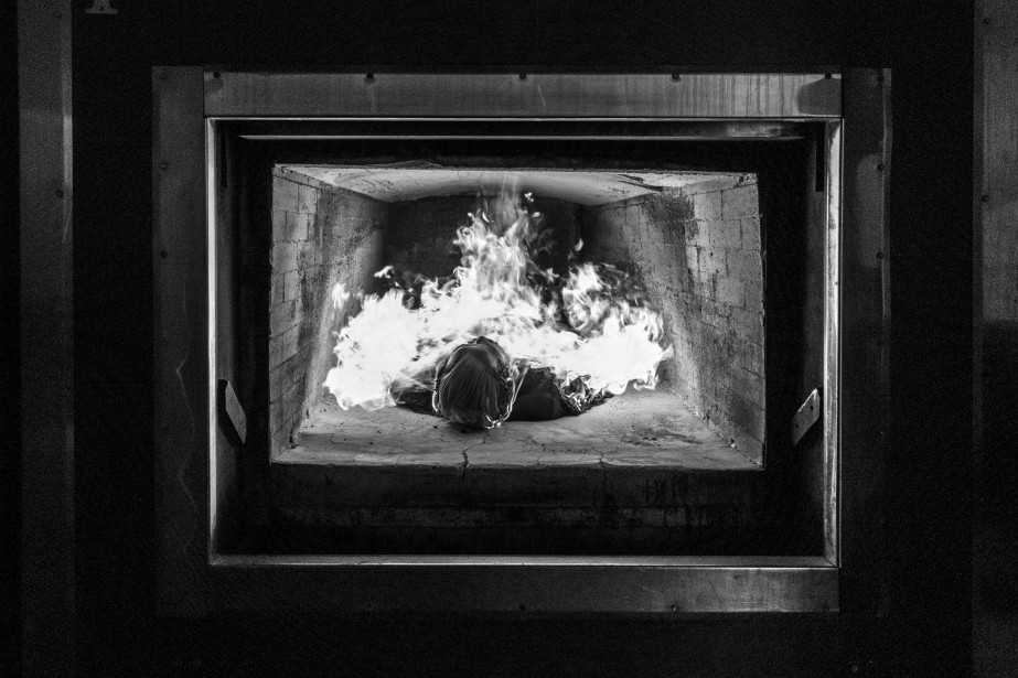 Sébastien Van Malleghem présente une photo troublante. La crémation est une technique utilisée partout dans le monde. Un feu de 850 degrés Celsius réduit le corps en cendres. (Photo courtoisie, Sébastien Van Malleghem)