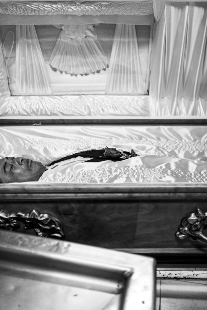 Un corps est préparé et placé dans un cercueil avant d'être remis à la famille qui viendra le veiller. (Photo courtoisie, Sébastien Van Malleghem)