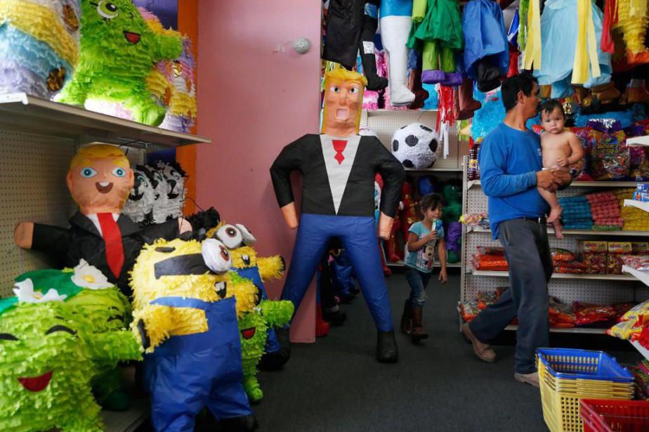 Une piñata à l'effigie de Donald Trump décore... (ARCHIVES AP)