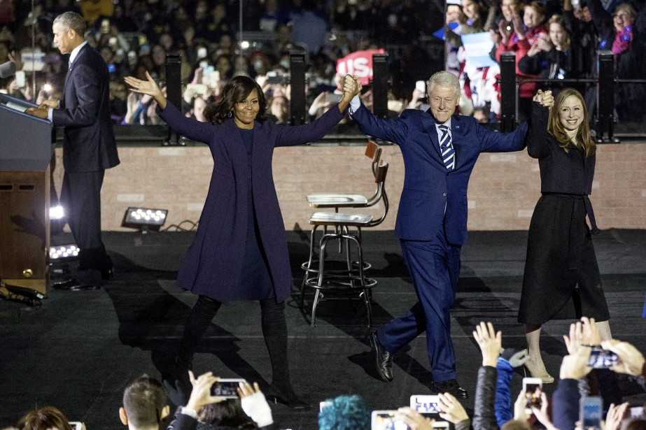 Michelle Obama, Bill Clinton et sa fille Chelsea saluent la foule. (AP)