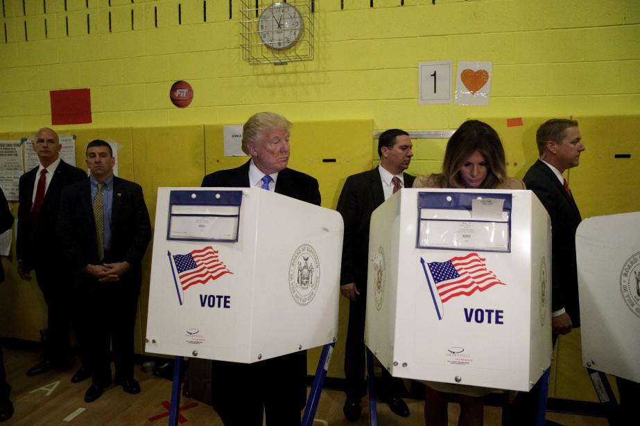 Cette photo de Donald Trump jetant un oeil sur sa femme, Melania, en train de voter, a généré moult moqueries sur les réseaux sociaux.«Donald Trump ne croit même pas que Melania va voter pour lui», a ironisé un site humoristique. (AP)