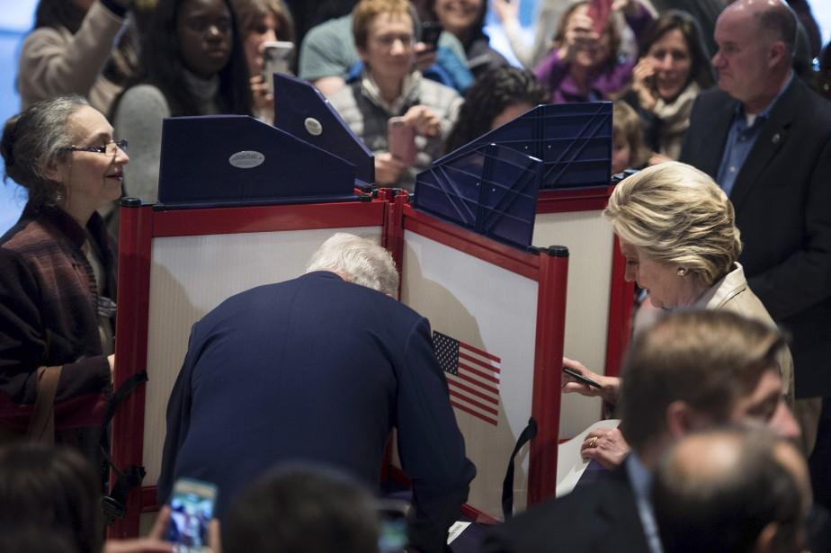 Hillary et Bill Clinton votent dans une école deChappaqua, dans l'État de New York. (AFP)