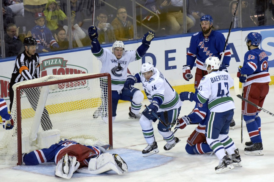 Alexandre Burrows célèbre son but... (Photo Bill Kostroun, AP)