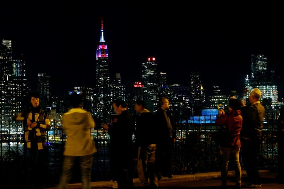 L'Empire State building était illuminé mardi soir par des projections exposant les résultats des élections. (PHOTO EDUARDO MUNOZ ALVAREZ, AFP)