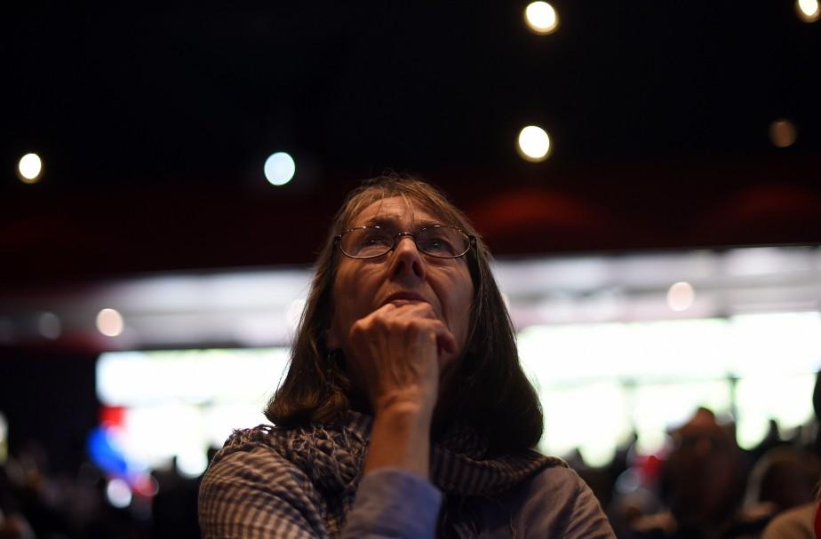 Une femme regarde incrédule le dévoilement des résultats de la présidentielle américaine à l'Université de Sydney. (PHOTO SAEED KHAN, AFP)