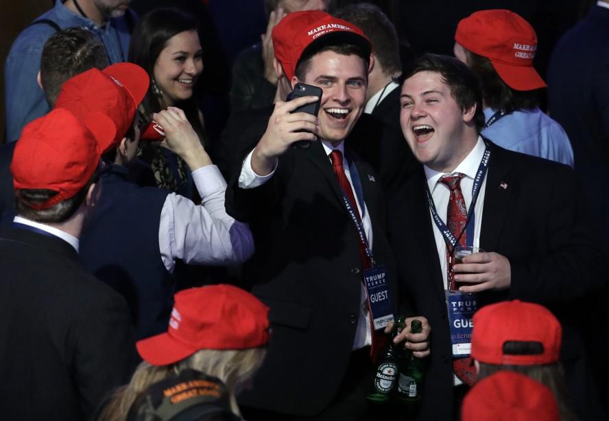 Des supporters républicains se prennent en «selfie» lors d'un rassemblement à New York. (Photo SAEED KHAN, AP)