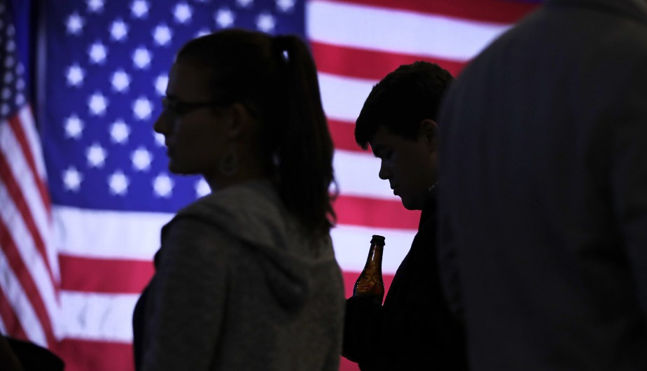 Un bénévole qui a participé à la campagne d'Hillary Clinton sirote une bière lors de la soirée présidentielle à Manchester au New Hampshire. (Photo Charles Krupa, AP)
