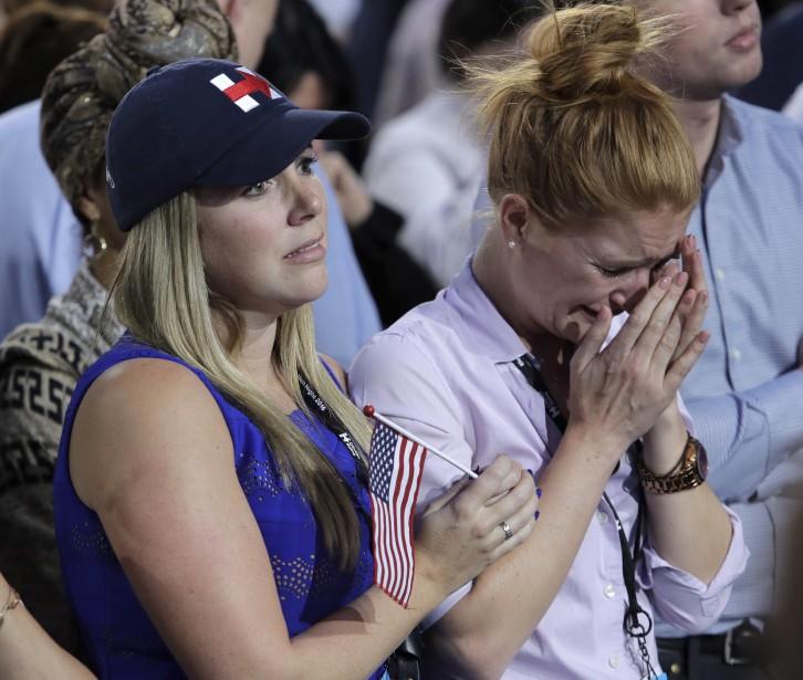 Une partisane démocrate pleure à la vue des résultats défavorables à Hillary Clinton. (AP)