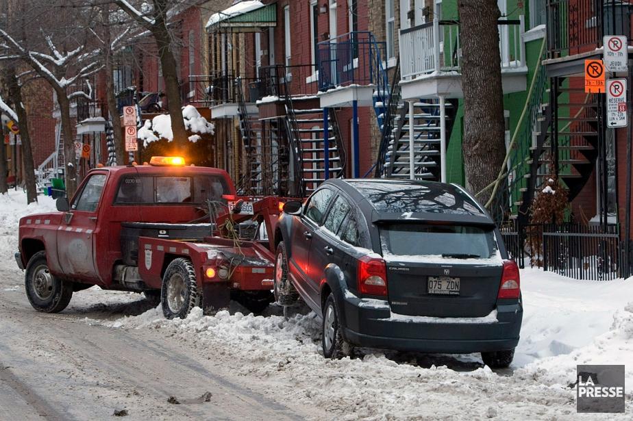 Une voiture se fait remorquer durant la période... (Robert Skinner, archives La Presse)
