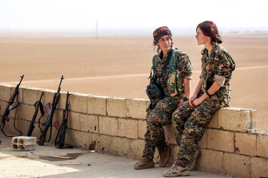 Les combattantes Shirin et Kaîzwar... (Photo Delil Souleiman, Agence France-Presse)