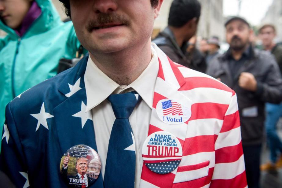 Un partisan de Donald Trump arbore des macarons... (PHOTO BRYAN R. SMITH, THE NEW YORK TIMES)
