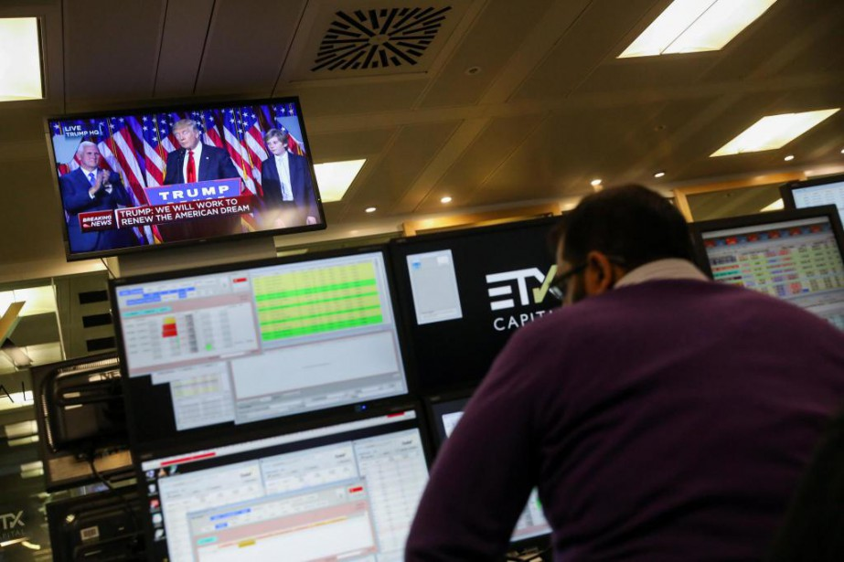 L'euro avait baissé jeudi face au dollar américain... (PhotoChris Ratcliffe, Bloomberg)