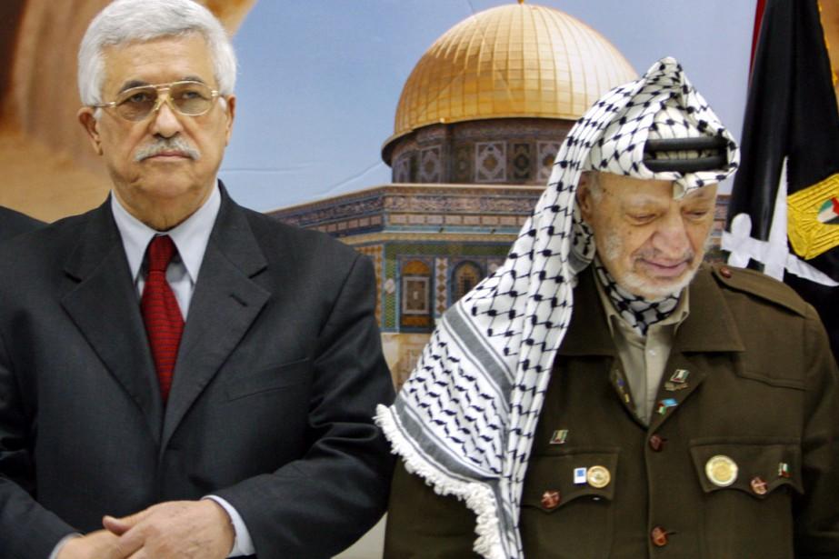 Mahmoud Abbas (à gauche), premier ministre à l'époque,... (photo John McConnico, archives AP)