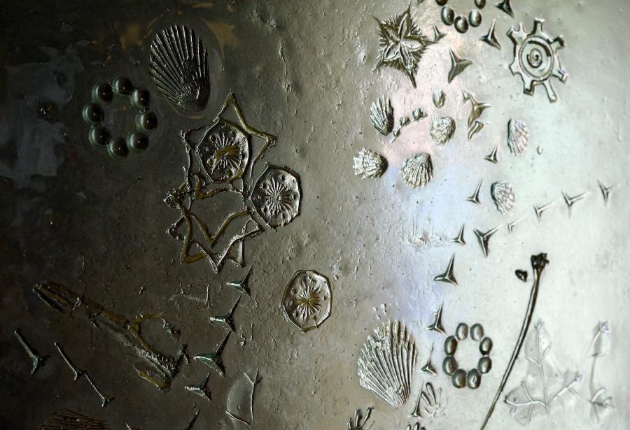 Une pièce de verre fusion est obtenue après un processus de chauffage et de refroidissement de 24 heures au four. Une pièce de verre est déposée sur du plâtre cuit, égalisé, puis texturé à la truelle ou en déposant divers objets. (Le Soleil, Erick Labbé)