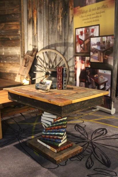 Coup de coeur pour la table faite de livres du Reader's Digest et de bois de grange de Sim'Art. (Mélissa Bradette)