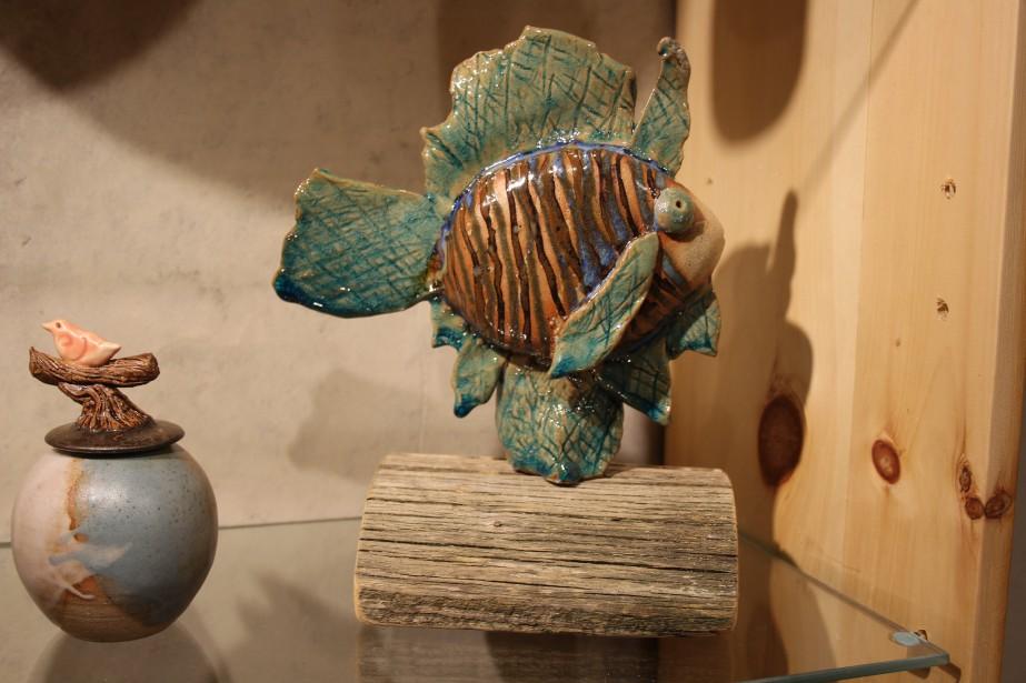 Grand habitué du Salon des métiers d'art du Saguenay-Lac-Saint-Jean, Michel Tremblay a toujours un beau choix de produits en céramique et en poterie à présenter. Cette année, l'artisan nous propose de nouvelles sculptures. À voir ! (Mélissa Bradette)
