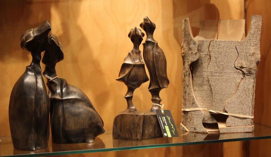 Sculptés dans une bûche de bois, les oiseaux de Michel Boire donnent vie à la matière. Chaque sculpture évoque une attitude, un sentiment. (Mélissa Bradette)
