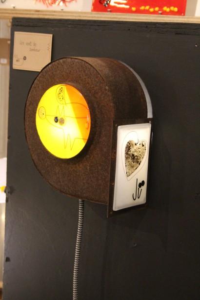 Coup de coeur pour les lampes originales faites de matières recyclées, fabriquées par Julie Fournier, de l'entreprise JÜ. Sur la photo, une lampe faite à partir d'une vieille soufflerie. | 11 novembre 2016