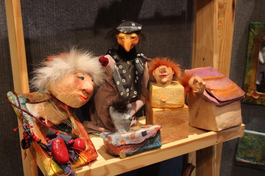 Marionnettes, boîtes, miroirs, tableaux et objets décoratifs originaux, signés Ann Jones, apportent une touche ludique et enfantine au décor. (Mélissa Bradette)
