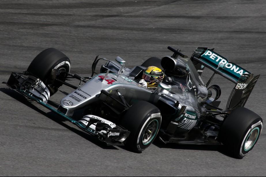 Lewis Hamilton cravache sa Mercedes durant la seconde... (Photo : AFP)