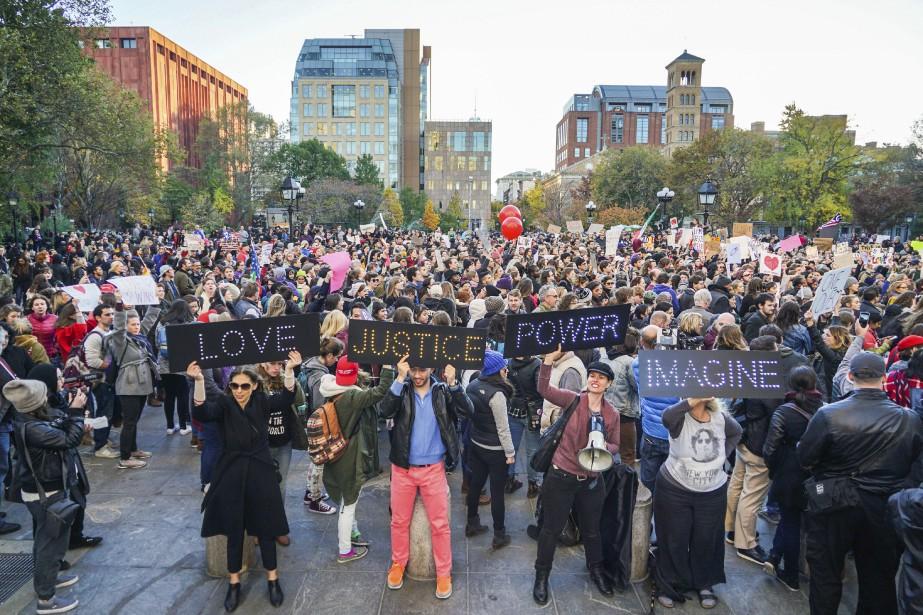 Des centaines de new-yorkais au Washington Square Park.... (Photo AP)