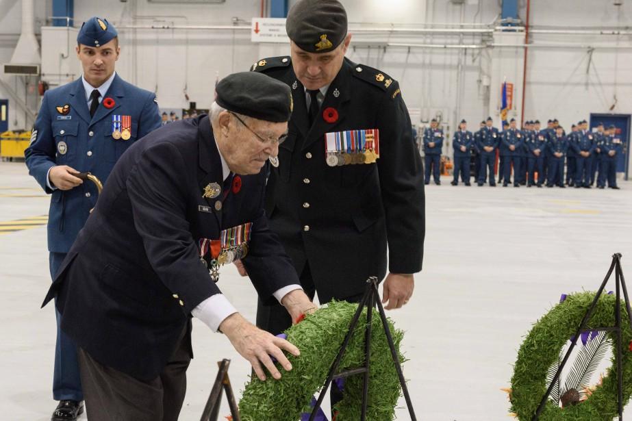 Le lieutenant-colonel à la retraite Adrien Boivin, originaire de Kénogami, a déposé une couronne de fleurs au nom des anciens combattants. (Photo caporal-chef Louis Brunet, Service d'imagerie de Bagotville)